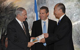 PM Netanyahu and Environmental Protection Minister Erdan with OECD Deputy Secretary-General Tamaki (Photo: GPO)